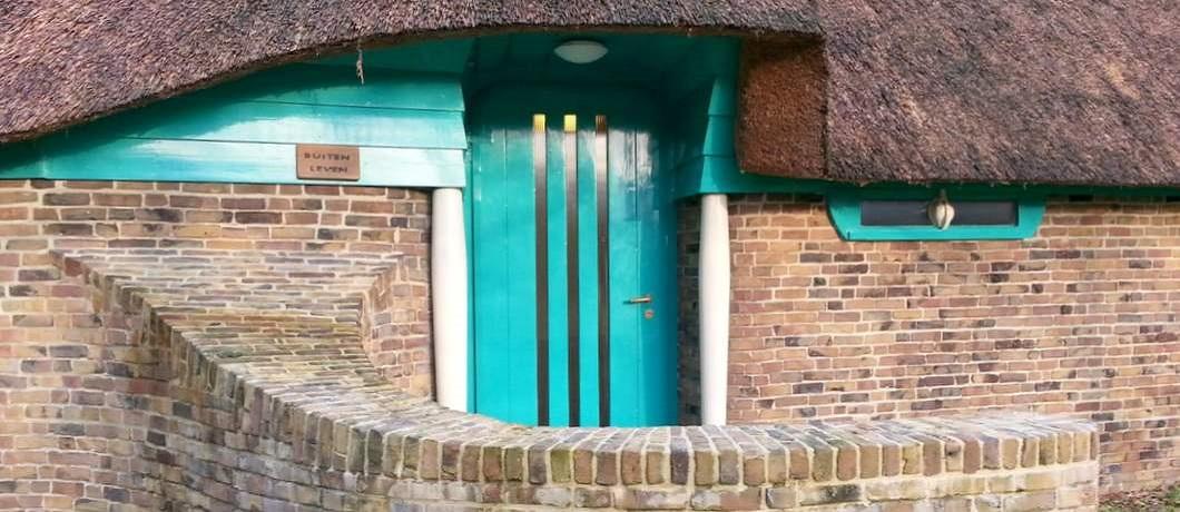 Blauwe voordeur van Atelier Roland Holst