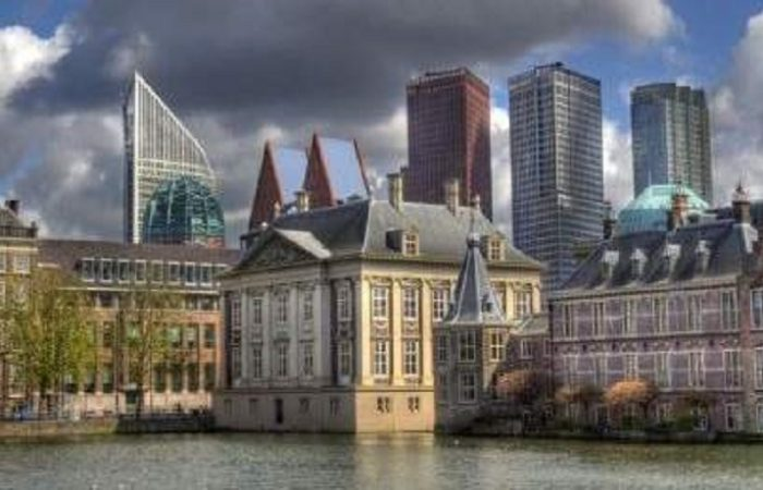 Hofvijver en skyline Den Haag