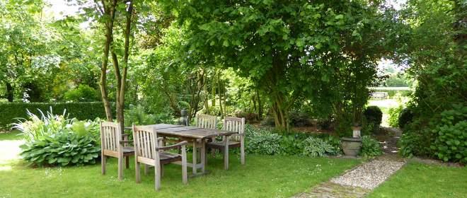 Tot rust komen in de tuin van Herberg Oortjeshekken in de polder achter Nijmegen