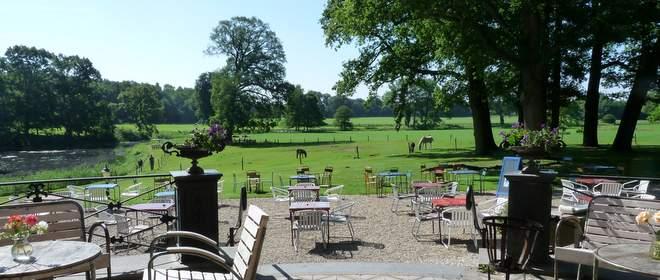 Bij hotel Gaia op landgoed Nieuw-Rande kun makkelijk de hele dag op het terras blijven zitten