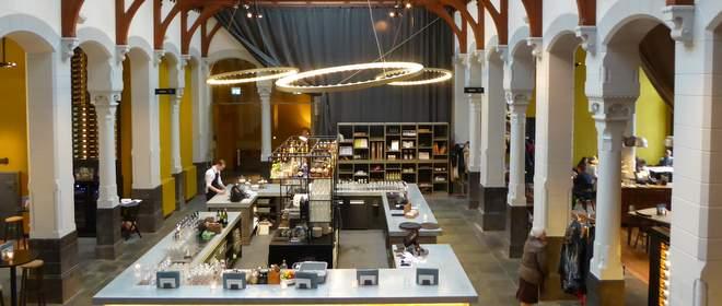 Ooit de hal, nu de bar van het voormalig postkantoor hotel Post-Plaza in Leeuwarden