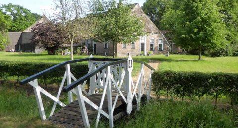 Oude boerderijen bij de wandeling rondom beschermd dorpsgezicht Echten