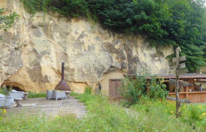 Bovenop het plateau loungen in de mergelgroeve van landgoed Heerdeberg