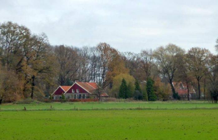 Ossenbloedrode gevels van de boerderijen tijdens de Trage Tocht Winterswijk Ratum