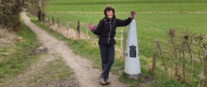 Een van de grenspalen tussen Nederland en de Voerstreek. Af en toe maak je een kort uitstapje naar Duitsland of België