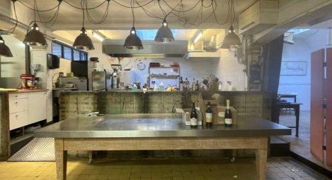 Open keuken van restaurant Avalon Wijn en Spijs in Amsterdam