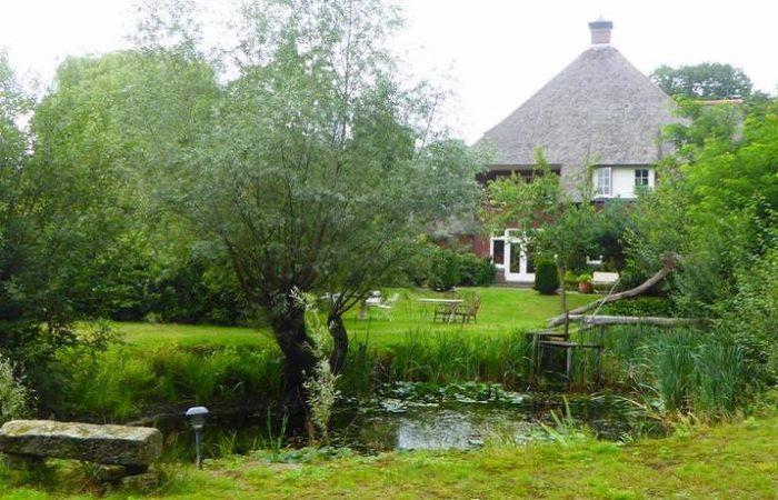 De enorme tuin met vijver van B&B Villa Boskamp bij Enschede