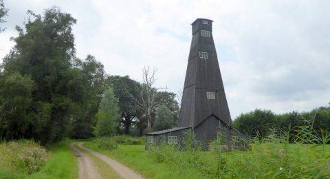 Een oude zoutboortoren, nu industrieel erfgoed waar je langskomt tijdens de wandeling Twekkelo Kristalbad
