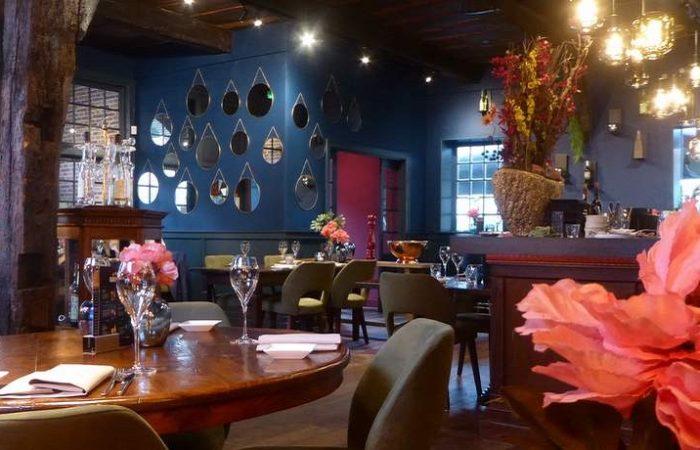 Het dieprode en diepblauwe interieur van restaurant de Oude Apotheek in Losser